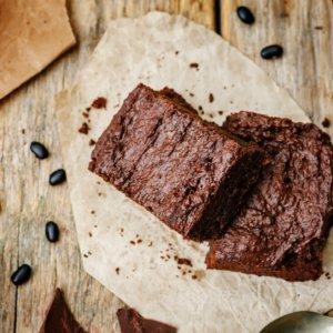 Warme brownies van zwarte bonen